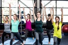 Clase de la aptitud que hace ejercicios de la yoga Fotografía de archivo libre de regalías