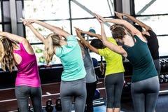 Clase de la aptitud que hace ejercicios de la yoga Foto de archivo libre de regalías