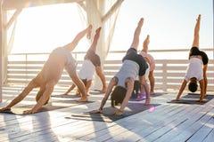 Clase de la yoga Imagen de archivo libre de regalías
