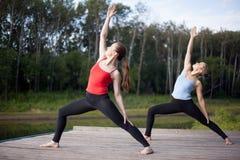 Clase de la yoga: Actitud de Viparita Virabhadrasana Foto de archivo