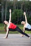 Clase de la yoga: Actitud extendida del ángulo lateral Fotos de archivo