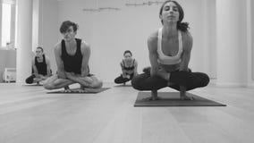 Clase de la yoga Yoga de Ashtanga Pindasana de Garbha