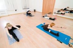 Clase de la yoga de la aptitud Fotos de archivo libres de regalías