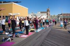 Clase de la yoga del parque de Asbury Imagenes de archivo