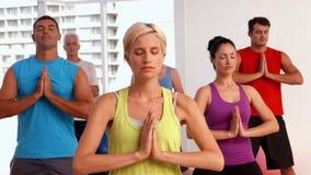 Clase de la yoga en estudio de la aptitud almacen de metraje de vídeo