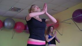 Clase de la yoga en un club de fitness 4K almacen de video