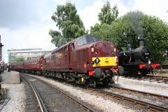 Clase 37 de los ferrocarriles de la costa oeste 37516 que llegan del Settle Keigh foto de archivo libre de regalías