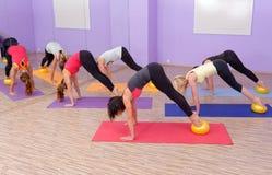 Clase de los pilates de los aeróbicos con las bolas de la yoga Fotografía de archivo