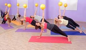 Clase de los pilates de los aeróbicos con las bolas de la yoga Fotos de archivo libres de regalías