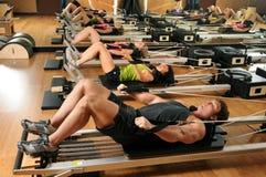 Clase de Pilates en una gimnasia Imagen de archivo libre de regalías