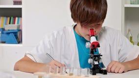 Clase de química de la escuela primaria - experimentación de los niños almacen de video