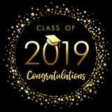 Clase del cartel 2019 de la graduación con confeti del brillo del oro ilustración del vector