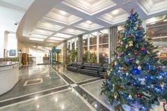 Clase del ` s Moscú del Año Nuevo Hogar y adornamiento de un árbol de navidad en invierno Foto de archivo