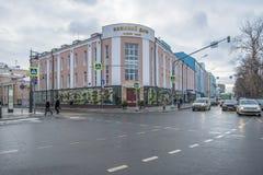 Clase del ` s Moscú del Año Nuevo Hogar y adornamiento de un árbol de navidad en invierno Imagenes de archivo