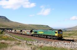 Clase 66 en el Settle del tren del carbón a Carlisle Ais Gill fotos de archivo libres de regalías