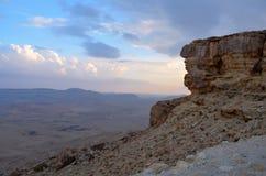 Clase en la montaña y un valle del parque nacional Makhtesh-Ramón, Israel imagenes de archivo