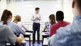 Clase masculina de la ciencia de At Whiteboard Teaching del profesor particular de la High School secundaria almacen de video