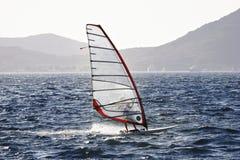 Clase olímpica RS: El apresurar de la persona que practica surf del viento X Fotos de archivo libres de regalías