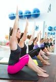 Clase personal aerobia del grupo del amaestrador de Pilates imágenes de archivo libres de regalías