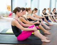 Clase personal aerobia del grupo del amaestrador de Pilates Fotografía de archivo