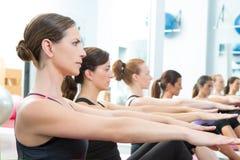 Clase personal aerobia del grupo del amaestrador de Pilates imagen de archivo libre de regalías
