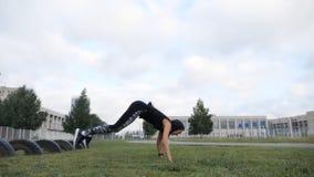 Clase principal de la fuerza del poder del entrenamiento de la yoga del instructor apto femenino de la cruz metrajes