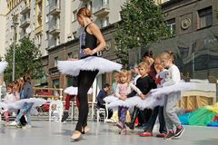 Clase principal del ballet con los niños en la calle de Tverskaya en el día de la ciudad 870 años en Moscú Fotografía de archivo