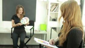 Clase principal para los artistas de maquillaje una combinación de cosméticos lecciones del maquillaje almacen de video