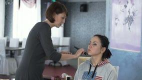 Clase principal para los artistas de maquillaje Uso de la fundación metrajes