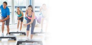 Clase que realiza ejercicio de los aeróbicos del paso con pesas de gimnasia Imagenes de archivo