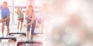 Clase que realiza ejercicio de los aeróbicos del paso con pesas de gimnasia Foto de archivo