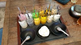Clase withmany de coco del servicio tailandés del helado de desmoche Fotografía de archivo