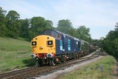 Clase 37 37087 y D6737 en el Keighley y digno del valle Railwa Fotos de archivo