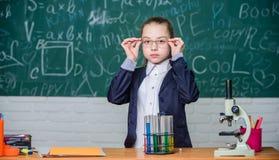 Clases de escuela Observe las reacciones químicas Reacción química mucho más emocionante que teoría Sustancia química de trabajo  imagen de archivo libre de regalías