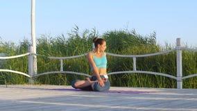 Clases de la yoga meditating almacen de metraje de vídeo