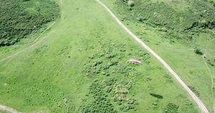 Clases del Paragliding Tiroteo de un abej?n, del aire paragliding metrajes