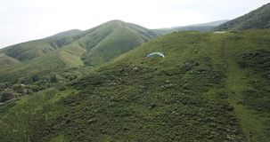 Clases del Paragliding Tiroteo de un abej?n, del aire paragliding almacen de metraje de vídeo