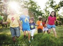 Clases diversas felices en el parque Foto de archivo libre de regalías