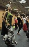 Clases en el pasillo de danza del centro 'La Merced 'del arte del flamenco en Cádiz imágenes de archivo libres de regalías