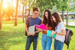 Clases particulares jovenes asiáticas de tres personas del campus y preparación para el final fotografía de archivo libre de regalías