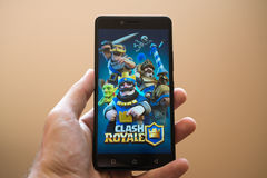 Clash Royale. Nitra, Slovakia, april 3, 2017: Man holding smartphone with Clash Royale application on the screen Royalty Free Stock Photos
