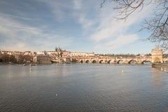 Clasical Praga miasta sceneria z Vltava rzeką, Karluv najwięcej Prazsky hrad i most roszuje w republika czech obrazy royalty free