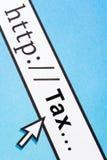 Clasifiando sus impuestos en línea Fotos de archivo libres de regalías