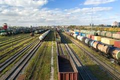 Clasificación de la estación con los trenes de carga Imágenes de archivo libres de regalías