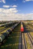 Clasificación de la estación con los trenes de carga en día asoleado Foto de archivo libre de regalías