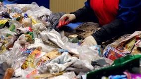 Clasificación de proceso en una planta de reciclaje de la basura Concepto de la protección del medio ambiente metrajes
