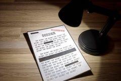 Clasificado, expediente del gobierno con las redacciones en un proyector imágenes de archivo libres de regalías