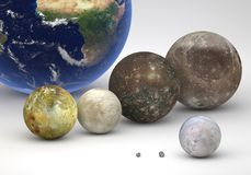 Clasifique la comparación entre las lunas de Júpiter y de Neptuno con tierra Foto de archivo