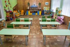 Clasifique la guardería, la escuela rural, el playschool y los escritorios verdes fotografía de archivo libre de regalías