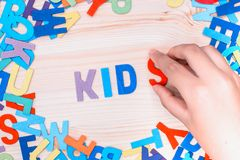 Clasifique las letras coloridas en palabras, imagen de archivo libre de regalías